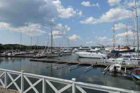 Lilla Bommens hamn i semestertider. Fredag 25 juli 2014 kl 15:02.