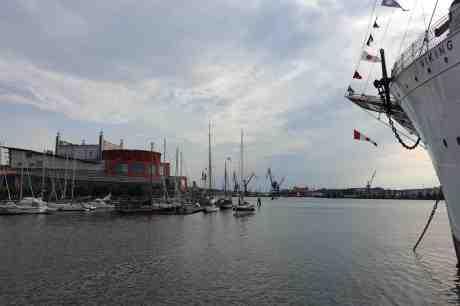 Lilla Bommens hamn och Operan från Vikingkajen i lugn och ro den dagen Älvsnabben 5 körde in i bryggan. Lilla Bommens Torg vid barken Viking lördag 5 juli 2014 kl 19:04.