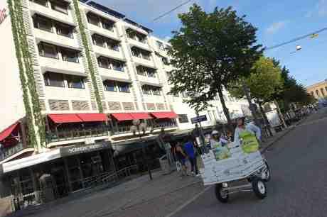 Loka Crush på väg med flakmoppar för att svalka Göteborgarna i den tropiska hettan. Kungsportsavenyen fredag 8 augusti 2014 kl 18:37.