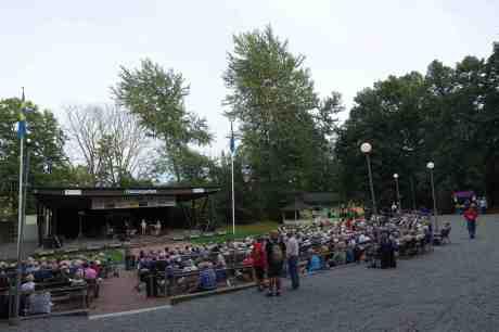 Molly Rudbo sjunger underbart vackert! Flunsåsparken tisdag 5 augusti 2014 kl 19:15.