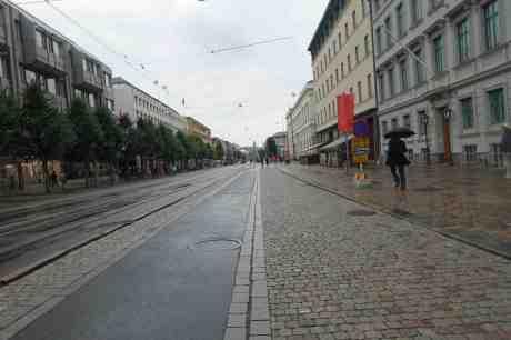 Paraplymannen i svart. Regnigt på Östra Hamngatan söndag 7 september 2014 kl 16:19.