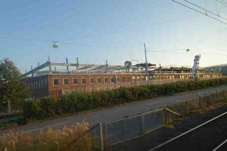 Volvo Pentas brunna tak rivs. Från spårvagn på torsdag 11 september 2014 kl 18:52.
