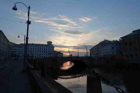 Röda solreflexer under Kämpebron. Från Södra Hamngatan lördag 6 september 2014 kl 19:34.