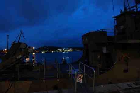 Sveriges Radio i Lundby syns bortom Maritimans minutläggare Kalmarsund, ex MUL 13, vid Packhuskajen. Söndag 28 september 2014 kl 19:30.