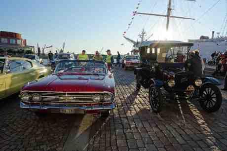 Chevrolet & Ford – konkurrenter och såta vänner. Chevrolet Impala 1959 & T-Ford 1923 på Lilla Bommens Torg onsdag 27 augusti 2014 kl 19:16.