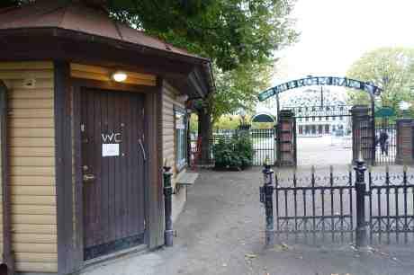 STÄNGD FÖR SÄSONGEN. Skylt på WC för onödiga. Trädgårdsföreningen stänger 18.00 från och med i dag onsdag 1 oktober 2014 kl 17:27.