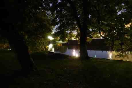 Trädgårdsföreningen en regnig afton med utsikt över Vallgraven mot Bastionsplatsen. Onsdag 24 september 2014 kl 19:58.