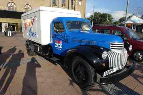 Triumf för glassbilen! Chevrolet 1946 på Drottningtorget framför Clarion  Hotel Post tisdag 12 augusti 2014 kl 18:35.