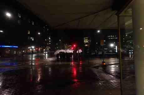 Vita paraplyer på Södra Vägen. Från Berzeliigatan tisdag 7 oktober 2014 kl 20:13.